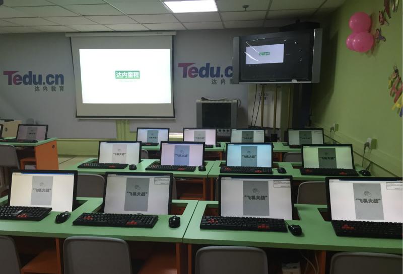 """试听课程开始之前,每台电脑上显示的都是一款""""飞机大战""""游戏的网页端"""
