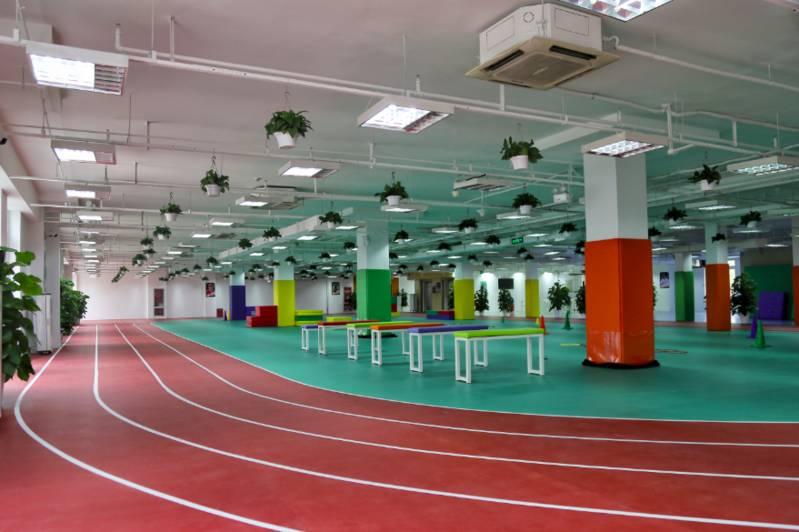 棒童的公司办公室就在室内儿童体能训练馆里