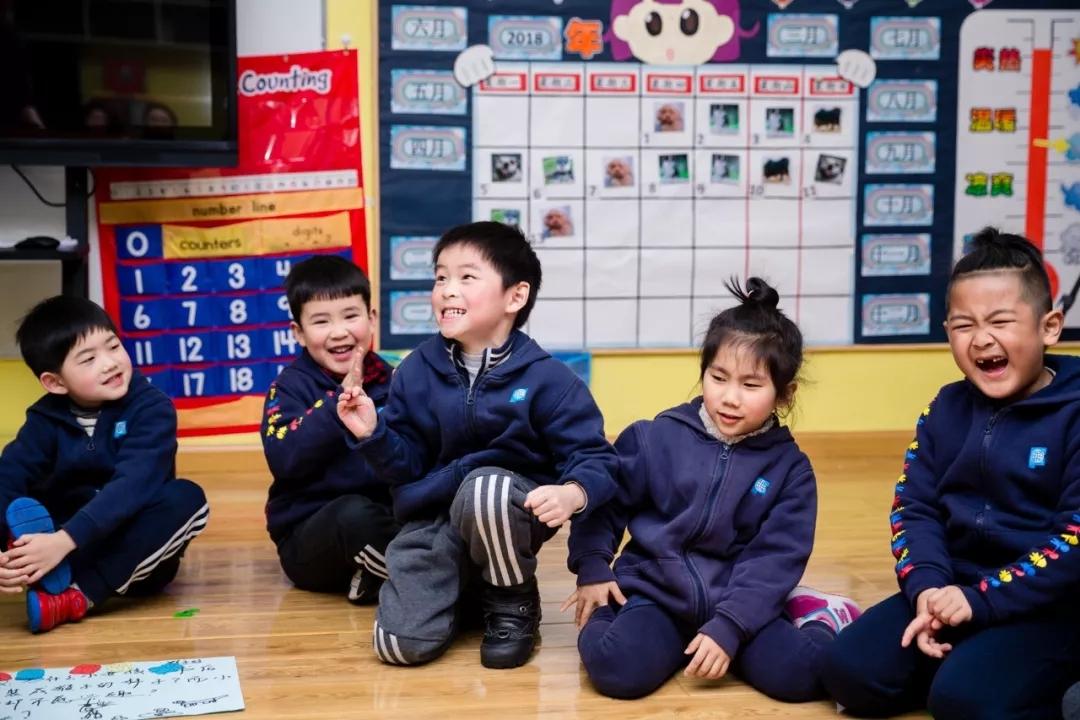 海富金太阳幼儿园的孩子们在发言